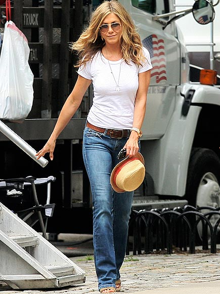 jennifer aniston tee shirt1 The Secret To Jennifer Anistons Style